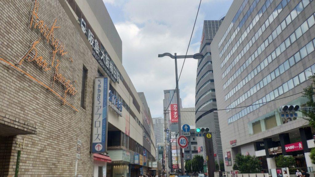 大阪梅田駅付近の街並み