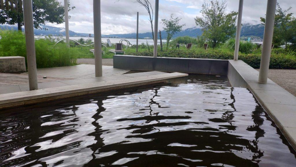 諏訪湖の周りにD51があって、その隣に足湯がありました
