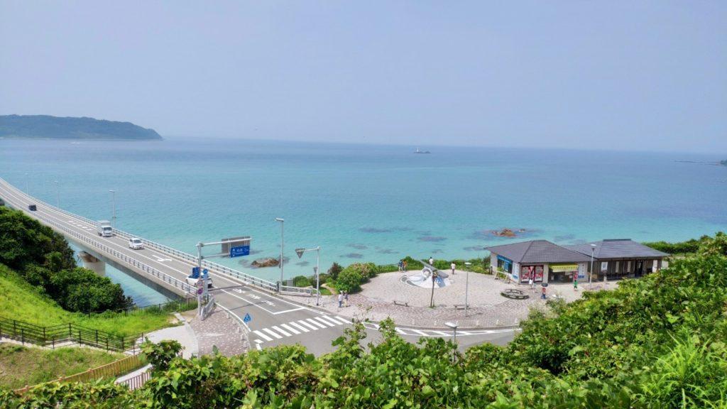 角島を上の道から見る