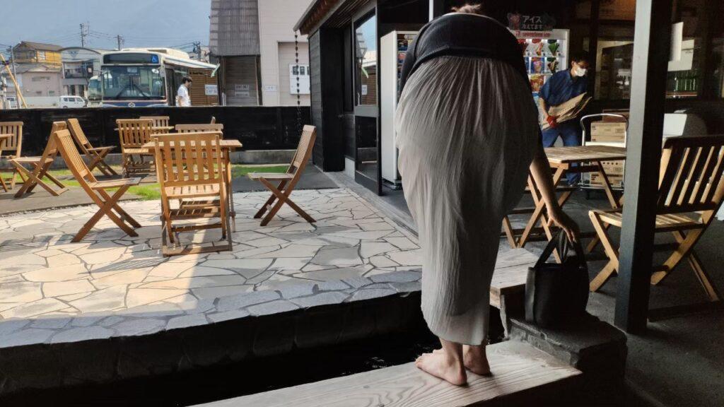 由布院駅のお土産屋さんでは休憩ができて、足湯もある