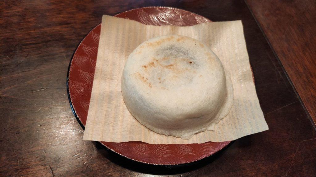 福岡の銘菓、梅が枝餅を愛宕神社ふもとの岩井屋というお茶屋で食べました
