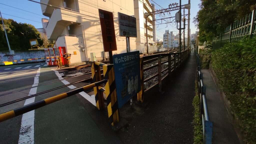 小田急線さんぐうばしの踏切