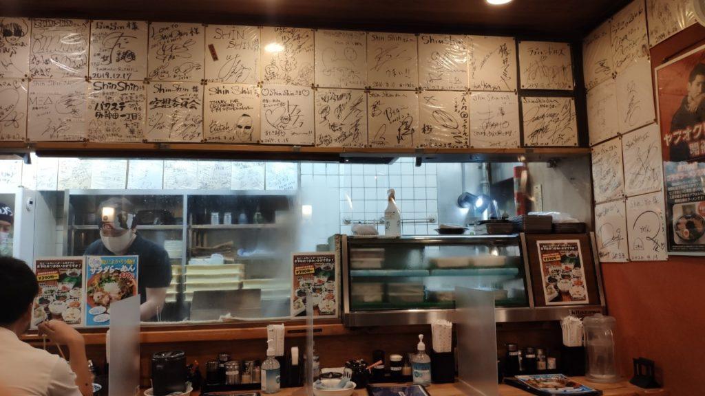 博多ラーメンSHINSHINの店内厨房のほう