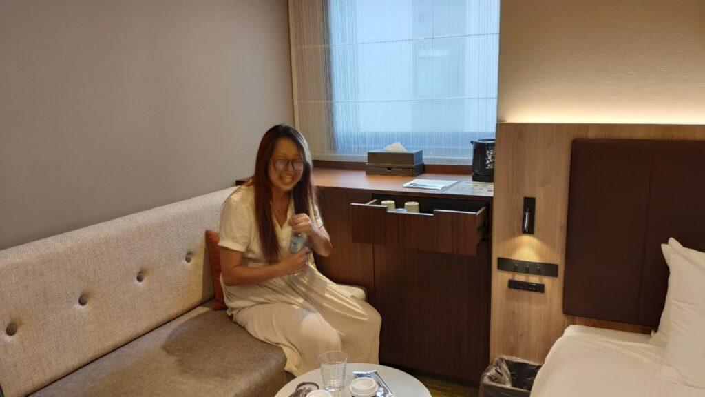 ホテルフォルツァ金沢の部屋は広くてソファもありくつろげる