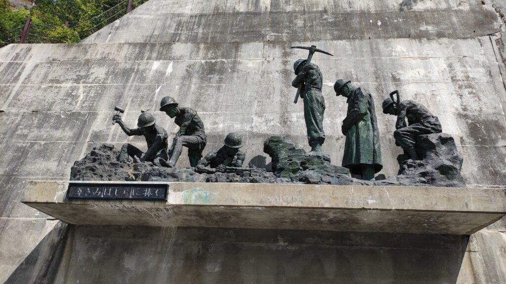黒部ダムの労働者の彫刻