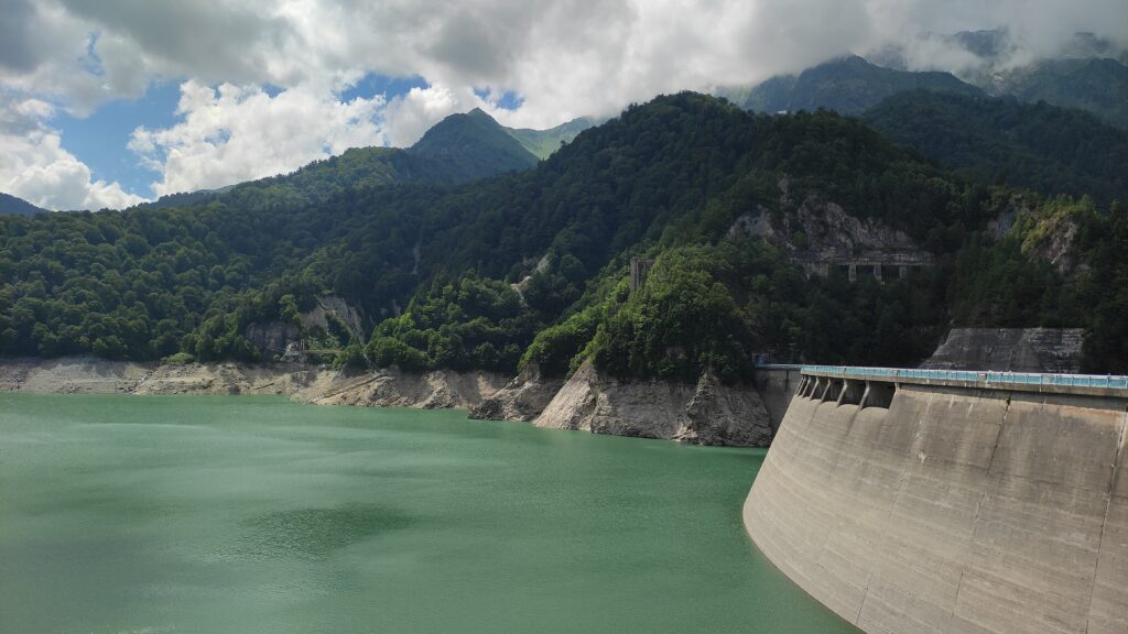 黒部ダムの放流と逆側